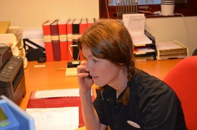 Simone Bång tar emot samtal.