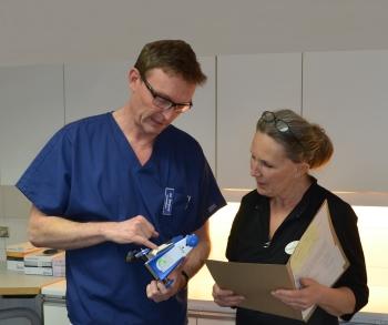 Jan Berglund och Kerstin Reenstierna planerar inför behandling.